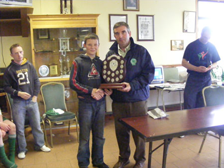 Tom Daly presenting the Aodh O Dalaigh Shield to the winning Naomh Eoin captain.