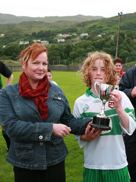 Pauline Sweeny of Aerfort Dun na nGall, sponsors of the competition presents Pauric Patton with the Southern Under 12 Division Cup.