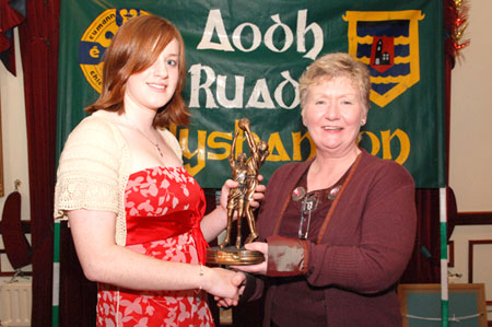 Sarah Patton recieves the Ladies player of the year award from Mary Grimes.