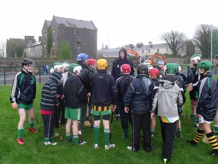 Michael Fennelly giving some tips to Aodh Ruadh's under 12 and under 14 hurlers.