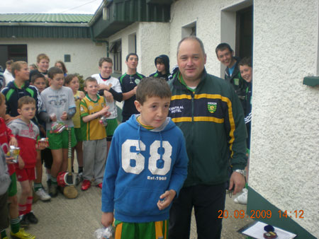 Eddie Lynch, under 8 manager, presenting Ryan McDonald, second in the under 8 section with his medal.
