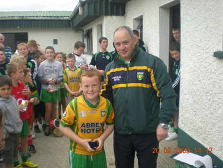 Eddie Lynch, under 8 manager, presenting Conor Monahan, first in the under 8 section with his medal.