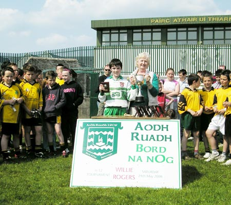 Aodh Ruadh�s winning captain, Matthew Maguire, receives the Willie Rogers trophy from Renee Rogers.